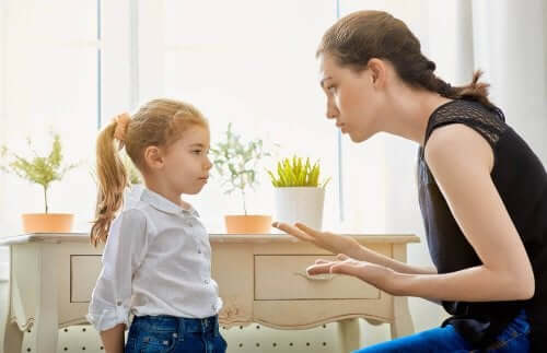 Moeder legt dochter iets uit