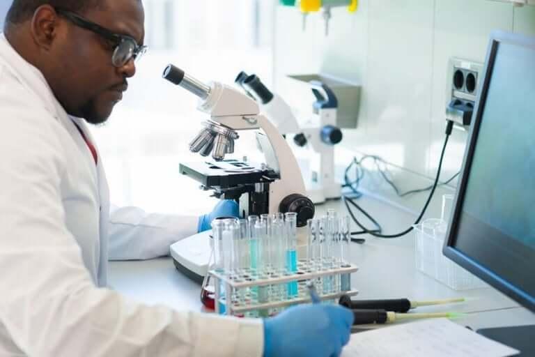 Laborant bekijkt buisjes