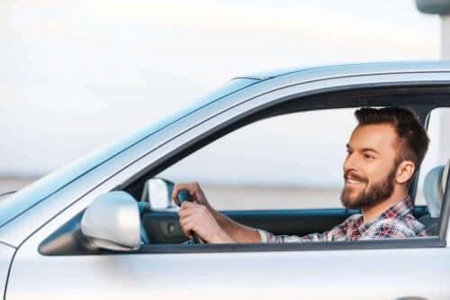 Man rijdt in een auto