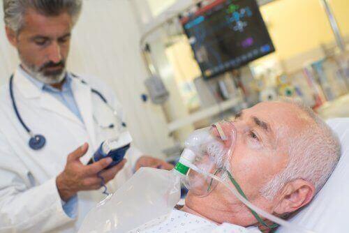 Een patiënt krijgt zuurstof door een masker