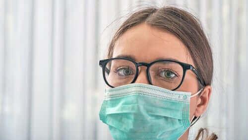 Verpleegkundige met masker