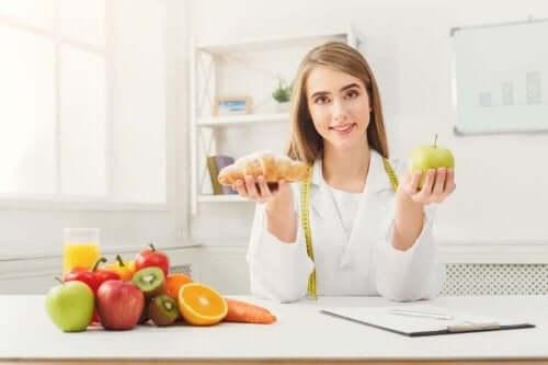 Voedingsdeskundige laat goed en slecht voedsel zien