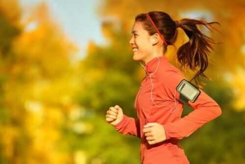 Vrouw is bezig met hardlopen