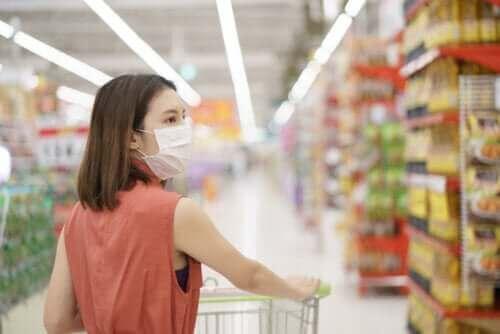 Vrouw met een winkelwagen