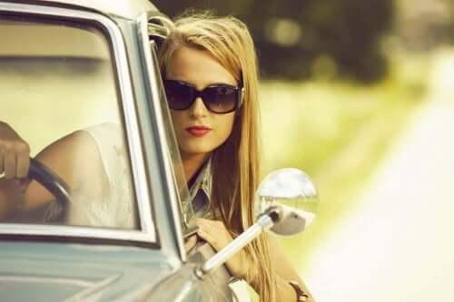 Vrouw aan het autorijden