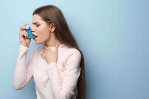 Vrouw gebruikt een inhalator