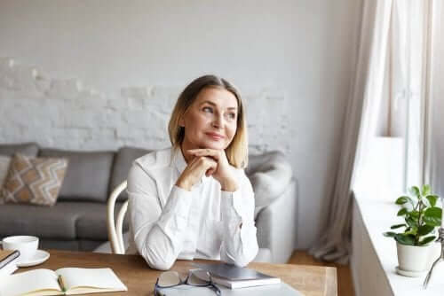 Vrouw denkt aan wat ze wil bereiken