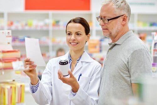Apotheker legt het medicijn uit