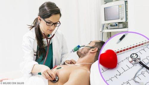 Een man krijgt een hartonderzoek