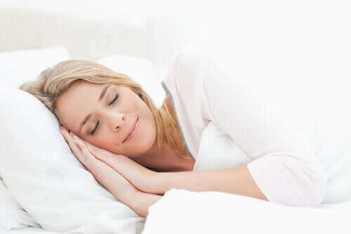 Een vrouw ligt ontspannen in bed