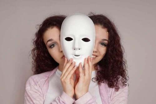 Een vrouw met een masker