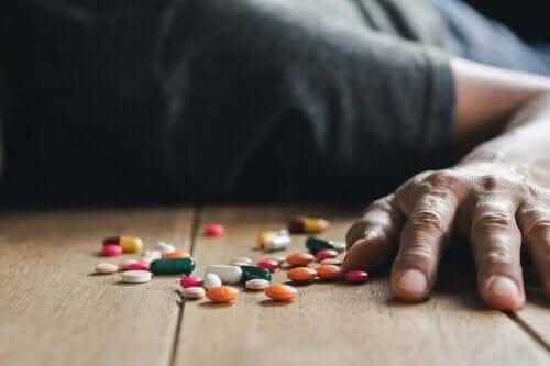 Een handvol pillen op de grond