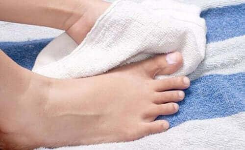 Droog goed je voeten af om voetproblemen te voorkomen