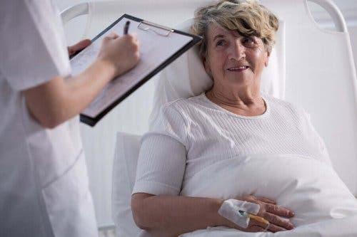 Vrouw en arts in gesprek