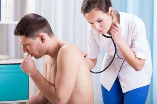 Arts luistert naar longen