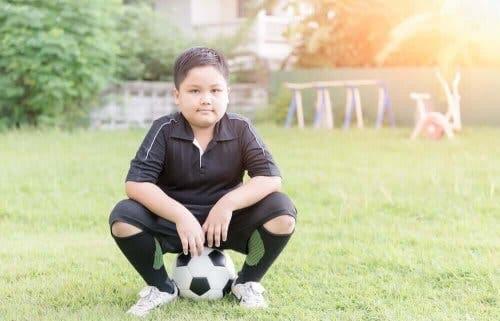Jongen en een voetbal