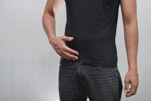 Man met zwarte kleding