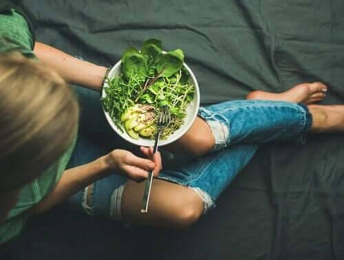 Tiener eet een salade