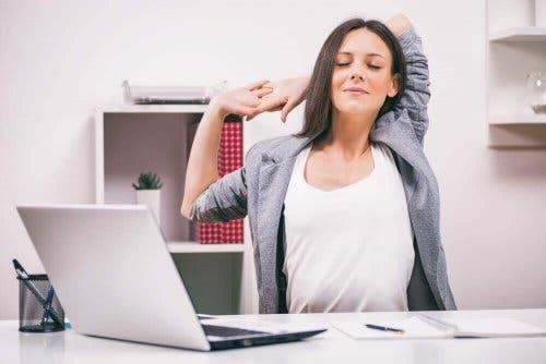 Vrouw doet een rekoefening