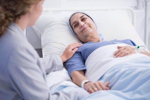 Vrouw krijgt palliatieve zorg