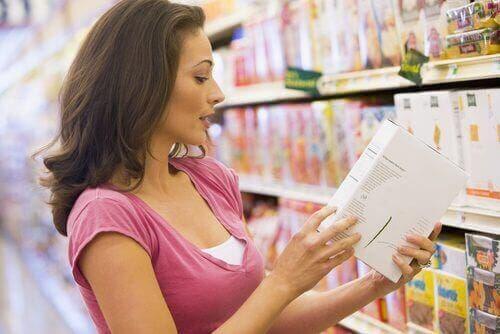 Vrouw leest een voedseletiket