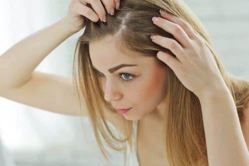 Vrouw zoekt naar grijs haar