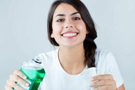 Vrouw met een flesje mondwater