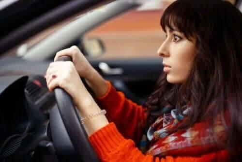 Vrouw zit gespannen achter het stuur