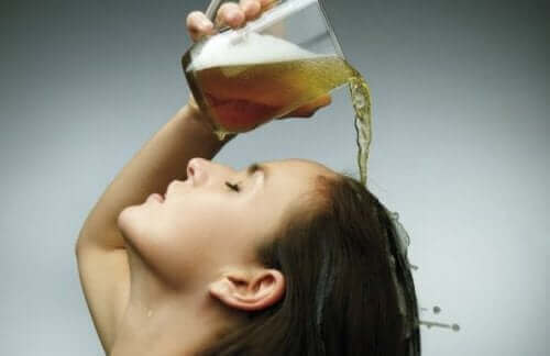 Vrouw giet bier in haar haren