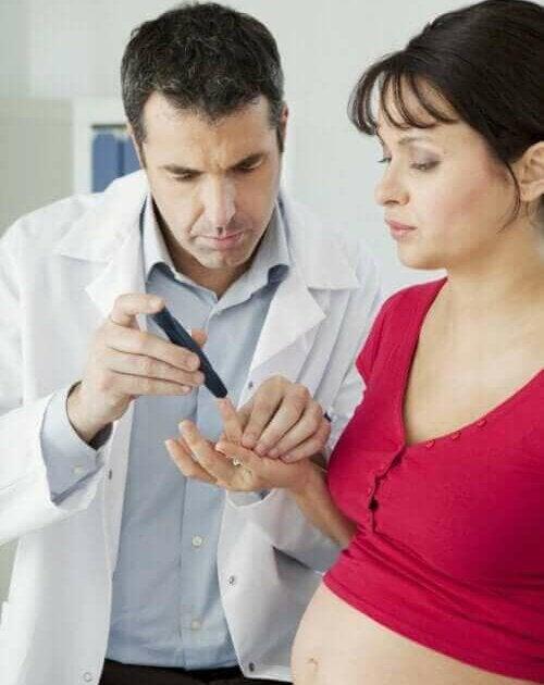 Arts doet een test bij zwangere vrouw