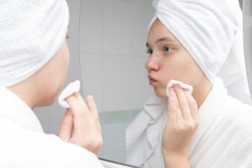 Een vrouw past een behandeling tegen acne toe