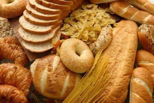 Een afbeelding van broodsoorten en pasta