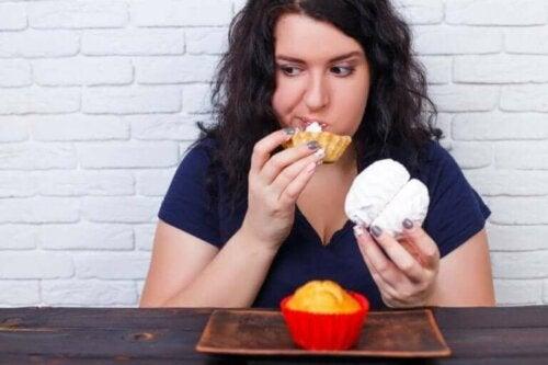 Een vrouw heeft een eetbui