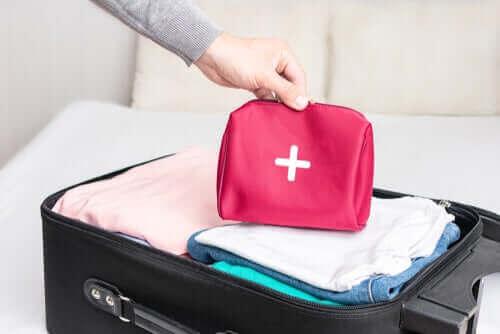 Hoe maak je een EHBO-kit voor op reis?