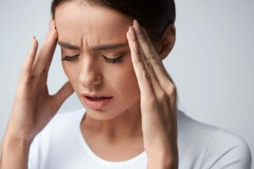 Een vrouw met haar handen tegen haar hoofd
