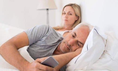 Micro-ontrouw omvat het online flirten met een ander dan je partner