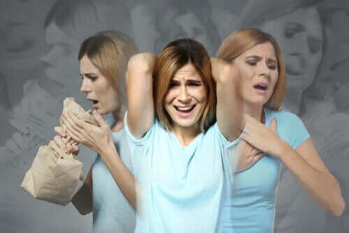 Een vrouw heeft een paniekaanval