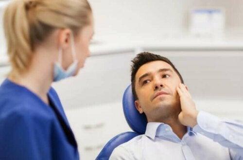Een man ligt bij de tandarts in de stoel