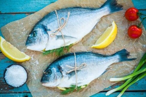 Vis met citroen en tomaten