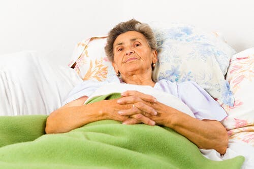 Vrouw in bed met de ziekte van Alzheimer