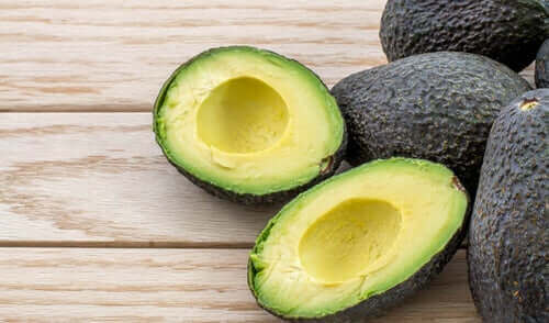 Hele en gesneden avocado's