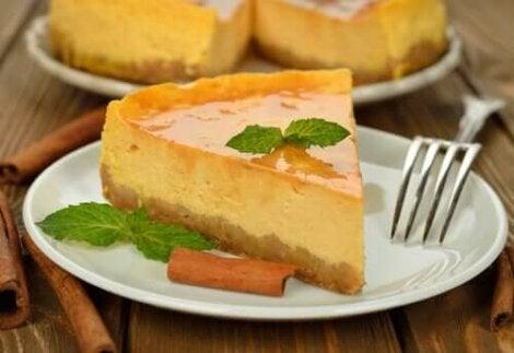 Bord met een stuk cheesecake