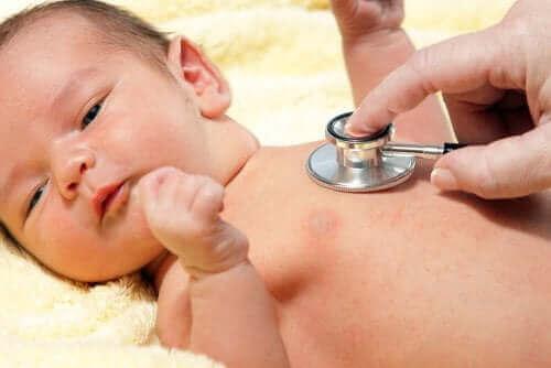Een arts die een pasgeboren baby onderzoekt