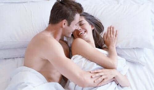 Een gelukkig stel in bed zonder vrouwelijke seksuele problemen