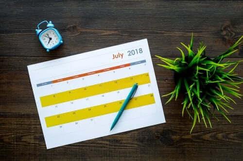 Een kalender op een tafel