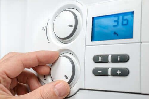 Een man die de thermostaat aanpast