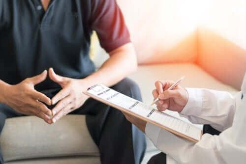 Een man op doktersafspraak voor post-orgastisch ziektesyndroom