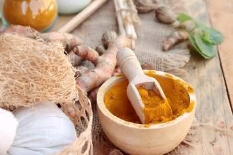 Een remedie van kurkuma om acne te behandelen