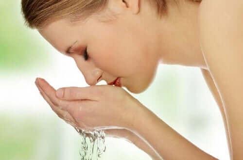 Een vrouw die haar gezicht wast