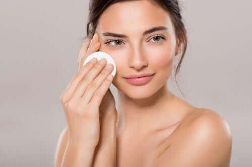 Een vrouw die toner op haar huid aanbrengt